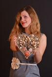 Vrouw die een hart aanbieden Royalty-vrije Stock Afbeeldingen