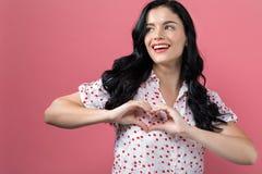 Vrouw die een hart gestalte gegeven gebaar maken royalty-vrije stock afbeelding