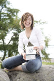 Vrouw die een heden houdt Stock Foto's