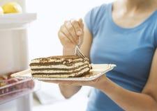 Vrouw die een heerlijk dessert hebben royalty-vrije stock foto