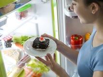Vrouw die een heerlijk dessert hebben royalty-vrije stock foto's