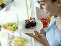 Vrouw die een heerlijk dessert hebben stock fotografie