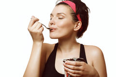 Vrouw die een heerlijk roomijs met chocolade eten royalty-vrije stock foto