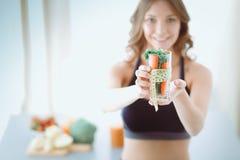 Vrouw die een het drinken glashoogtepunt van verse fruitsalade met een meetlint houden rond het glas Stock Fotografie