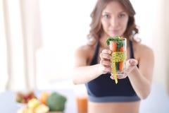 Vrouw die een het drinken glashoogtepunt van verse fruitsalade met een meetlint houden rond het glas Royalty-vrije Stock Foto