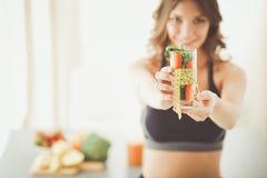 Vrouw die een het drinken glashoogtepunt van verse fruitsalade met een meetlint houden rond het glas Royalty-vrije Stock Afbeeldingen