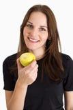Vrouw die een het Gele Appel en Glimlachen houdt Stock Afbeeldingen