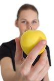 Vrouw die een het Gele Appel en Glimlachen houdt Stock Foto's