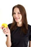 Vrouw die een het Gele Appel en Glimlachen houdt Stock Foto