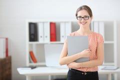 vrouw die een het schrijven tablet in het bureau houden Royalty-vrije Stock Afbeeldingen