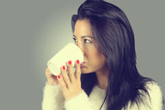 Vrouw die een hete chocolade drinkt Stock Foto