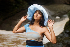 Vrouw die een hoed draagt Stock Afbeeldingen