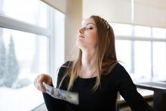 Vrouw die een honderd dollarrekening houden Stock Afbeeldingen