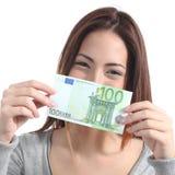 Vrouw die een honderd eurobankbiljet tonen Stock Afbeelding
