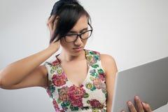 Vrouw die een hoofdpijn heeft Royalty-vrije Stock Foto's