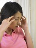 Vrouw die een hoofdpijn heeft stock afbeelding