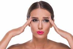 Vrouw die een hoofdpijn hijst royalty-vrije stock afbeelding