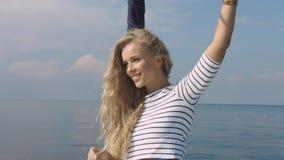 Vrouw die in een jacht op haar de zomervakantie varen Royalty-vrije Stock Foto's