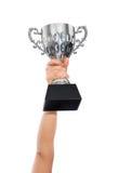 Vrouw die een kampioens zilveren trofee op witte achtergrond houden Stock Foto