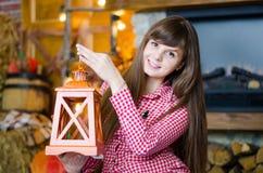 Vrouw die een kandelaar houden Stock Foto