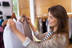Vrouw die in een kledingsopslag winkelt royalty-vrije stock fotografie