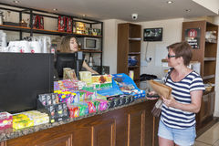 Vrouw die in een kleine bakkerij winkelen Paphos, Cyprus Royalty-vrije Stock Afbeelding