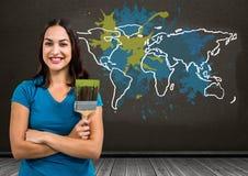Vrouw die een Kleurrijke Kaart met verf geploeterde muurachtergrond schilderen Royalty-vrije Stock Foto's