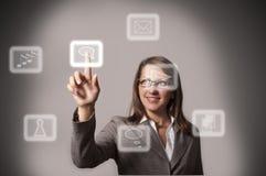Vrouw die een knoop op een interface van het aanrakingsscherm duwt Royalty-vrije Stock Fotografie