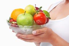 Vrouw die een kom vruchten houdt Royalty-vrije Stock Afbeeldingen