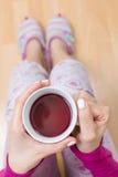 Vrouw die een kop thee hebben Stock Foto
