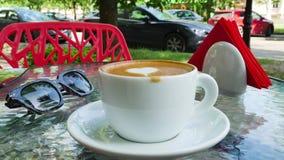 Vrouw die een kop van cappuccino drinken De glazen zijn dichtbij de kop stock footage
