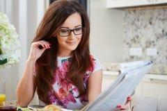 Vrouw die een krant leest Royalty-vrije Stock Afbeelding