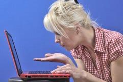 Vrouw die een kus blaast Stock Fotografie