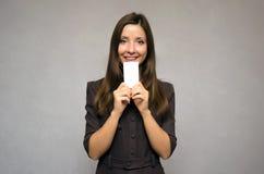 Vrouw die een leeg adreskaartje tonen stock afbeelding