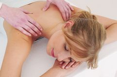 Vrouw die een massage ontvangt Stock Foto