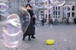 Vrouw die een menigte van zeepbels in Bremen Duitsland fotograferen Royalty-vrije Stock Foto's