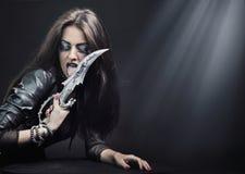 Vrouw die een mes houdt Stock Afbeeldingen