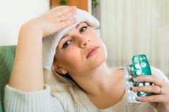 Vrouw die een migraine heeft stock afbeelding