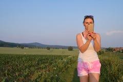 Vrouw die een mobiele telefoonfoto op een grintweg nemen bij zonsondergang Royalty-vrije Stock Fotografie