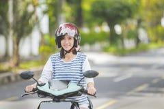 Vrouw die een motorcyle of een motor berijden royalty-vrije stock afbeeldingen