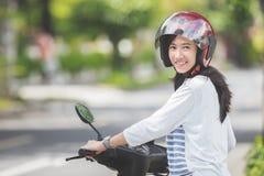 Vrouw die een motorcyle of een motor berijden stock fotografie
