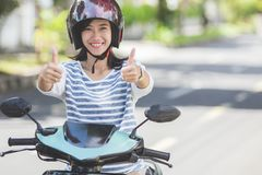 Vrouw die een motorcyle of een motor berijden stock foto