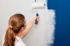 Vrouw die een muur schildert Royalty-vrije Stock Foto