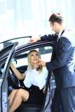 Vrouw die een nieuwe auto kopen Royalty-vrije Stock Afbeeldingen