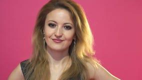 Vrouw die een nr-teken gesturing stock footage