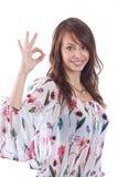 Vrouw die een o.k. teken gesturing Stock Foto