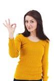 Vrouw die een o.k. teken gesturing Royalty-vrije Stock Afbeeldingen