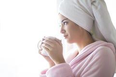 Vrouw die een ochtendkoffie hebben Royalty-vrije Stock Afbeeldingen