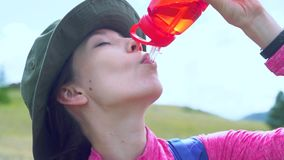Vrouw die een onderbreking nemen aan drank van waterfles terwijl wandeling stock video