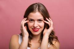 Vrouw die een oogroom toepassen stock fotografie